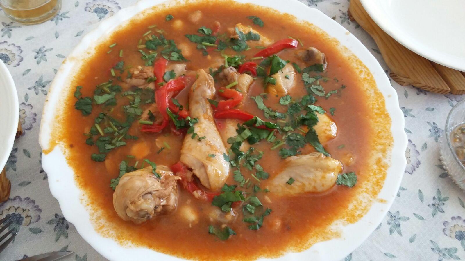Muslos de pollo con salsa de almendras y pimiento