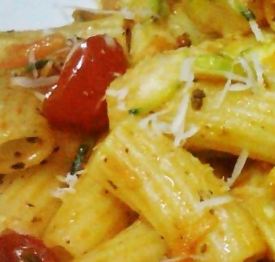 Pasta con ajo y tomates cherry