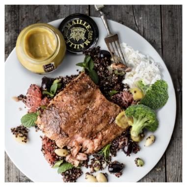 Un plato de comida con carne y vegetales Descripción generada automáticamente